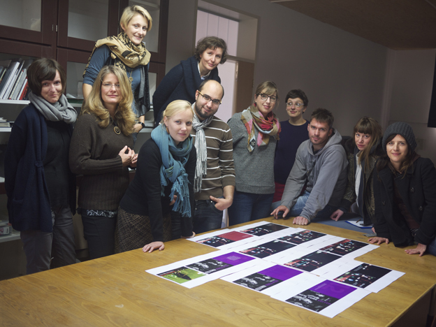 """Klasse """"Bildredaktion"""" 2011/2012 bei der Suche nach einem Titelfoto für das Buch New York Edited. 12 Stories from the City."""