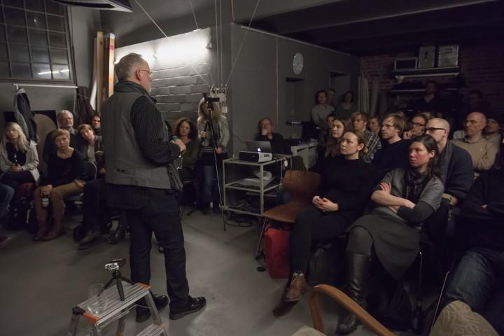 Beim gut besuchten Ateliergespräch gibt Gerd Ludwig offen Auskunft; Foto: Stefan Hähnel