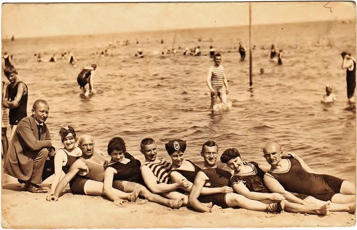"""Ostseebad Zinnowitz. Gruppenbild. Fotografie, Edmund Schultz, nicht gelaufen, handschriftlich """"26. Juli 1920, Zinnowitz"""""""