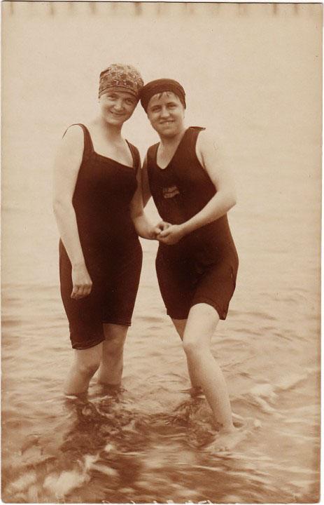 """Ostseestrand. Zwei Frauen. """"Otto Ahrens, Fotograf u. Fotogr. Handlung. Ribnitz. Müritz - Villa Hohenzollern."""" Fotografie, nicht gelaufen, handschriftlich """"1928"""""""