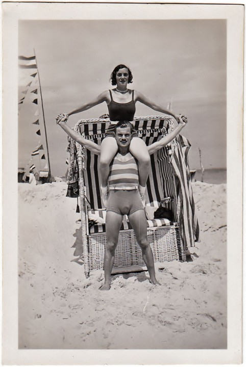 """Binz. Paar Fotografie, anonymes Privatalbum, handschriftlich """"Binz 13.-28. Juni 1931"""""""