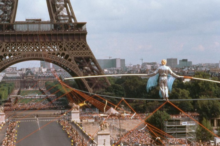 Der Seiltänzer Philippe Petit balanciert auf einem 800 m langen Drahtseil zur zweiten Ebene des Eiffelturms, Paris, 1989, Foto: Michael Kerstgens