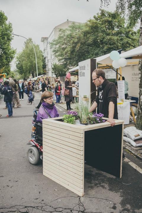 Vorstellung Hochbeet für Rollstuhlfahrer beim Straßenfest, Berlin. Foto: Maria Stiehler.