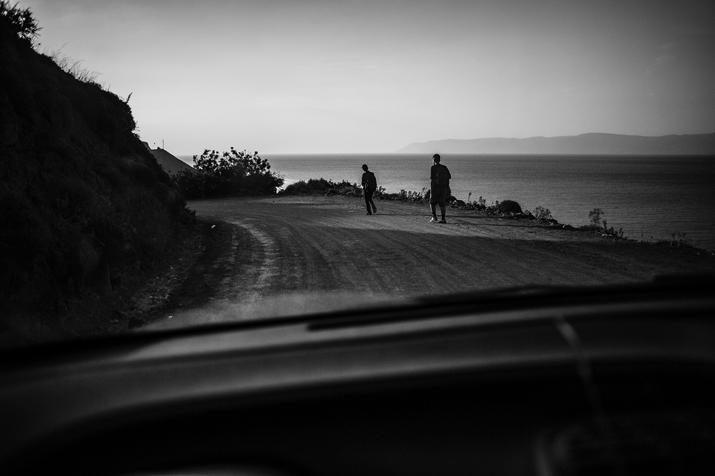 Oft müssen diese Menschen die ca. 55 Kilometer bis zum Camp laufen. Lesbos, Foto: Kai Löffelbein