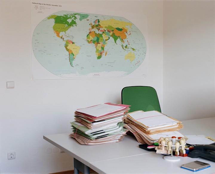 Schreibtisch eines BAMF-Mitarbeiters in der Rückführungseinrichtung Bamberg, 2016, © Sibylle Fendt/ OSTKREUZ