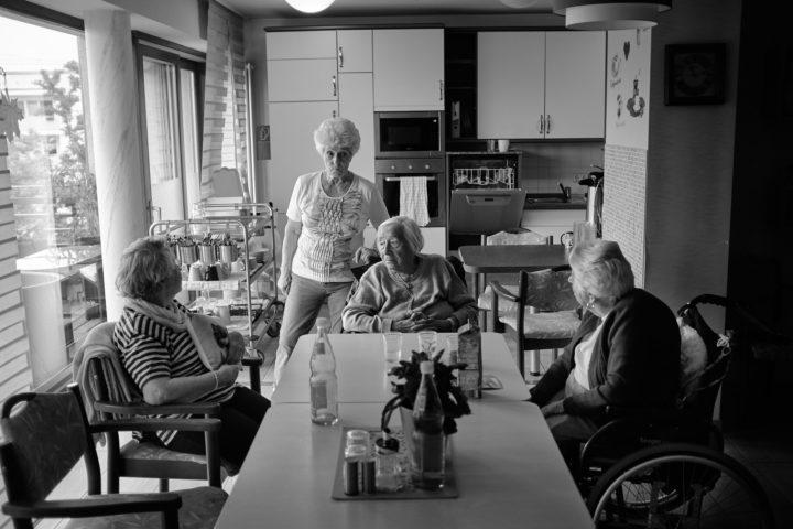 "Frau Röhr, Frau Philipp, Frau Wagner, Frau Matzek beim Kaffeetrinken im Gemeindschaftsraum, © Henry Schulz aus der Serie ""Freiwillige"""