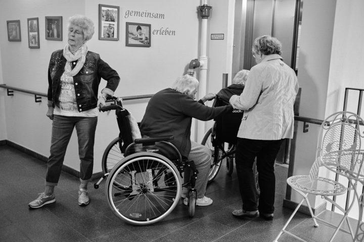 """Frau Röhr, Frau Philipp, Frau Wagner, Frau Matzek, auf dem Weg in den Garten, © Henry Schulz aus der Serie """"Freiwillige"""""""
