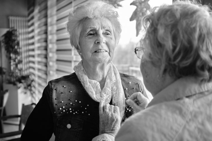 "Frau Matzek bewundert Frau Röhrs Tuch, © Henry Schulz aus der Serie ""Freiwillige"""
