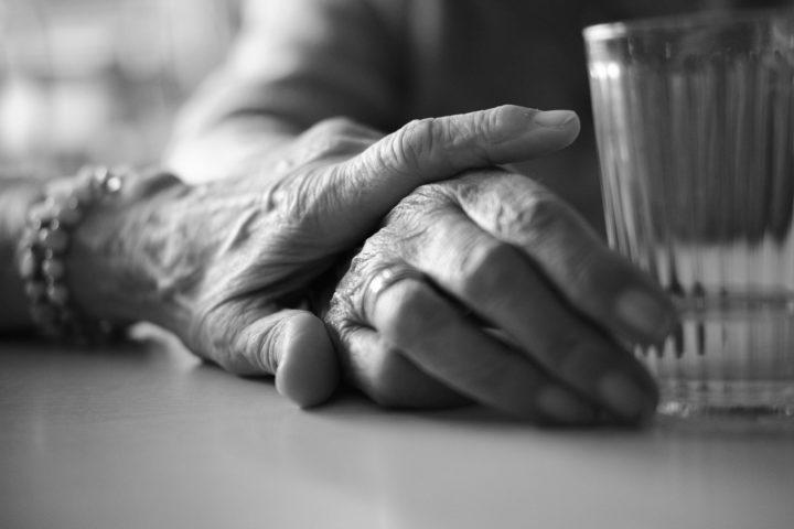 "Frau Röhr hält Frau Philipps Hand, © Henry Schulz aus der Serie ""Freiwillige"""