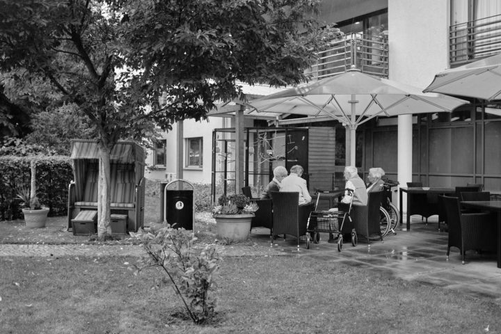 "Frau Röhr, Frau Philipp, Frau Wagner, Frau Matzek, Ehepaar Raschke im Garten, © Henry Schulz aus der Serie ""Freiwillige"""